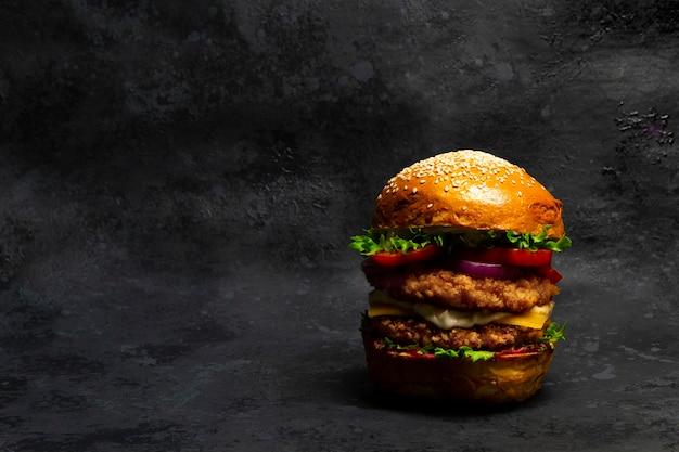 Großer doubleburger mit paniertem hähnchenschnitzel