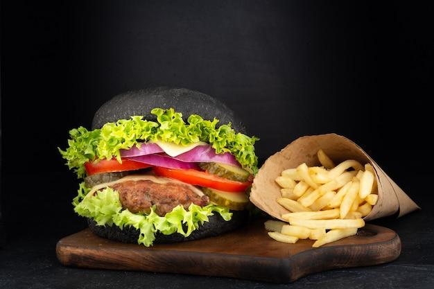 Großer einzelner cheeseburger mit pommes frites
