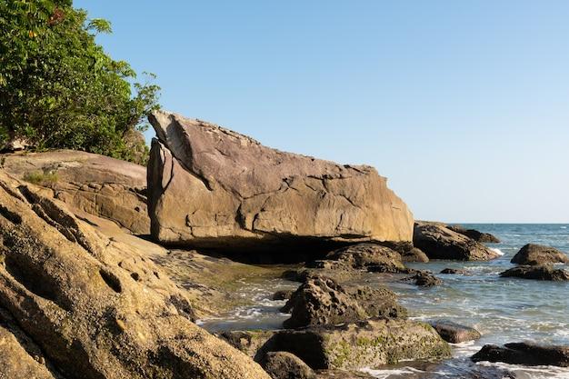 Großer felsen am jureia strand, in sao sebastiao, brasilianische küste.