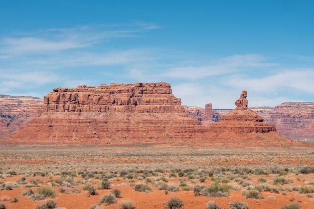 Großer felsiger berg in der wüste