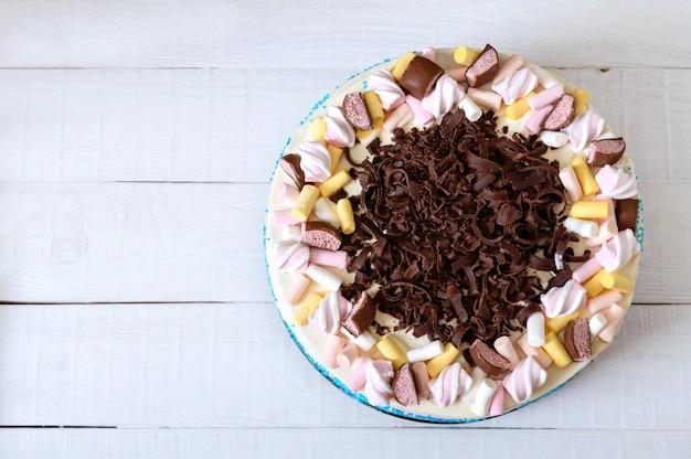 Großer festlicher kuchen mit schokoladenstückchen, marshmallows. kopieren sie platz für inschriften. draufsicht, flach liegen.