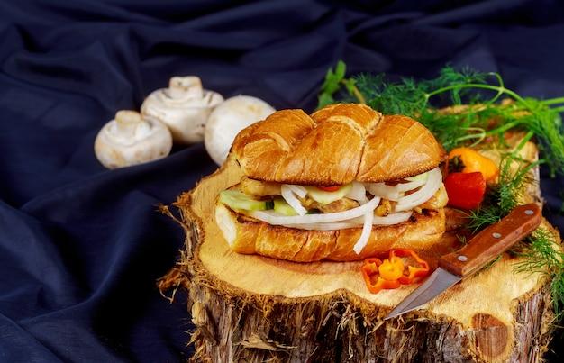 Großer gegrillter hühnerhamburger, pommes-frites und gemüse