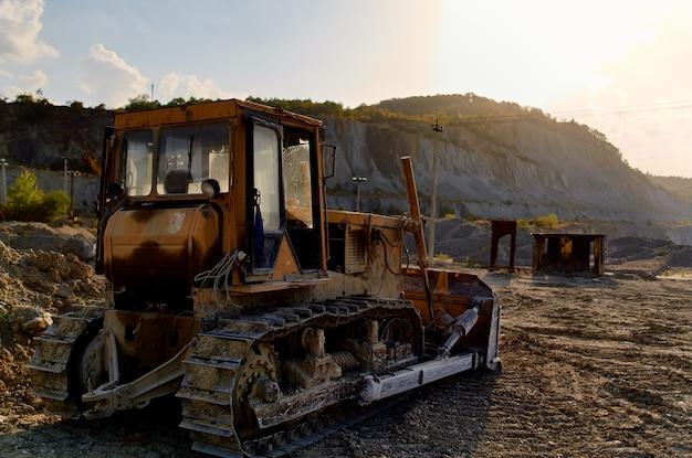 Großer geologiebagger für die baufahrzeugindustrie. foto in hoher qualität