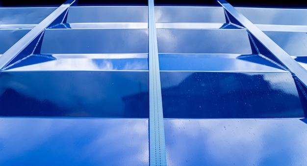 Großer getreidetransporter am blauen himmelshintergrund
