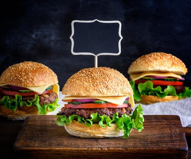 Großer hamburger mit einem fleischbällchen und gemüse