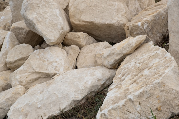 Großer haufen großer sandsteine, die auf dem boden der baustelle liegen.