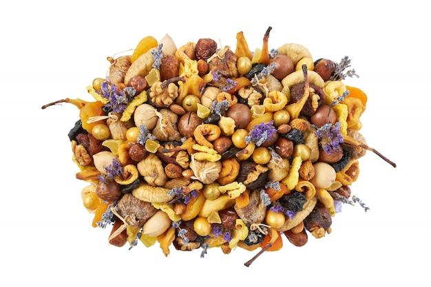 Großer haufen verschiedener getrockneter früchte und nüsse lokalisiert auf einem weißen hintergrund