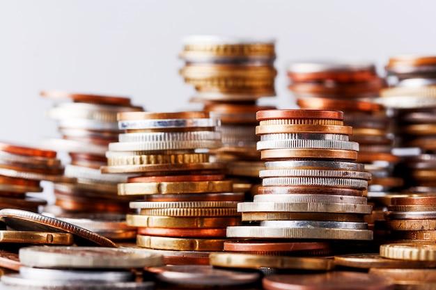 Großer haufen von spalten von verschiedenen münzen.