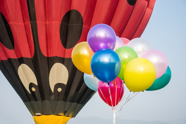 Großer heißluftballonblick auf wenig ballon im himmel.