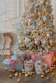 Großer heller weihnachtsdekor des wohnzimmers im angesagten stil