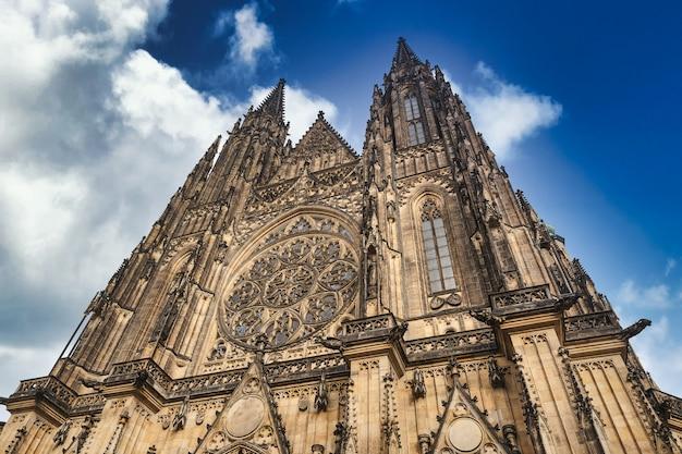 Großer historischer bau der kathedrale st. vitus in der prager burg und im hintergrund des bewölkten blauen himmels