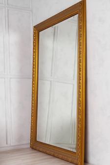 Großer klassischer spiegel mit goldenem holzrahmen seitenansicht, wohnkultur