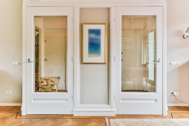 Großer kleiderschrank mit spiegeln in einem luxuriösen raum