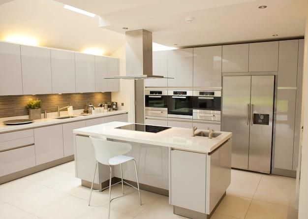 Großer kücheninnenraum auf weiß
