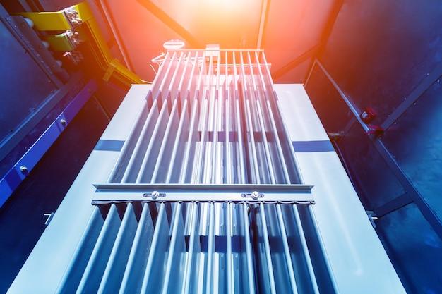 Großer leistungstransformator in einer solarmodulstation