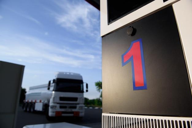 Großer metallkraftstofftankwagen, der kraftstoff an einer tankstelle transportiert.