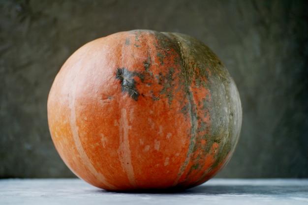Großer orange kürbis