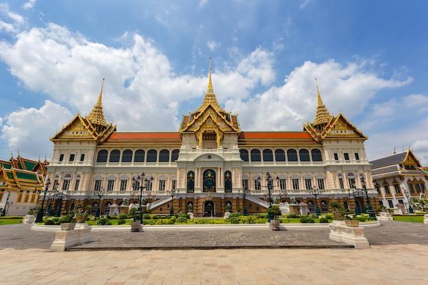 Großer palast und wat phra kaew im sonnigen tag, bangkok, thailand