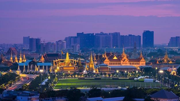 Großer palast und wat phra keaw in twilight bangkok, wat phra kaew, tempel des smaragd-buddha, panorama, wahrzeichen thailands, reisefavorit in bangkok, stadtbild
