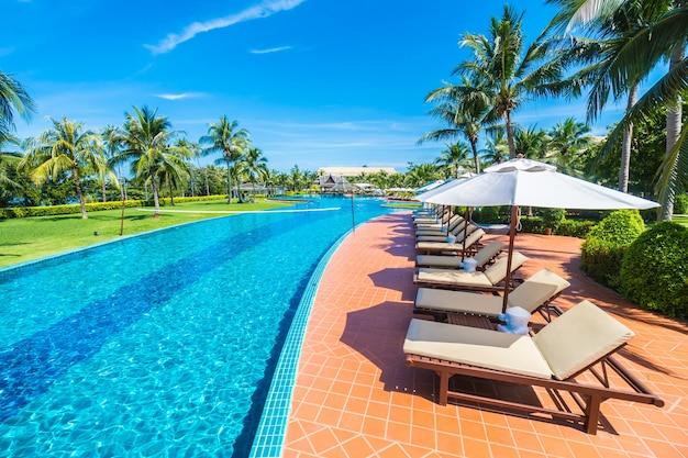 Großer pool mit hängematten bereich