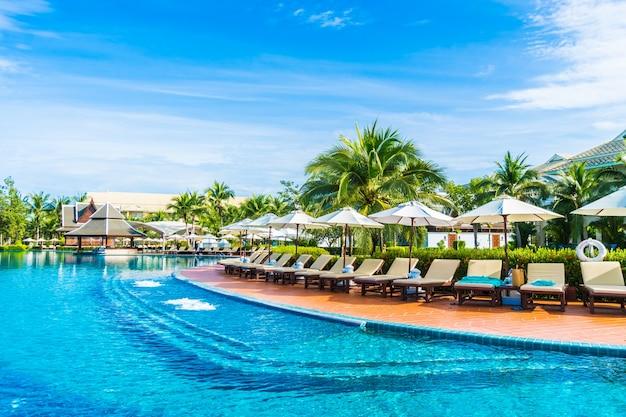 Großer pool mit hängematten