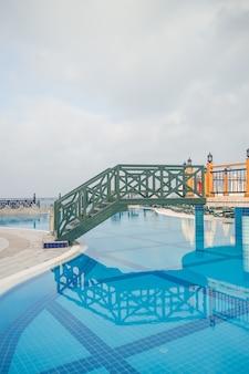 Großer pool mit klarem blauem wasser und ruhezonen. schwimmbereich auf dem territorium des hotels.