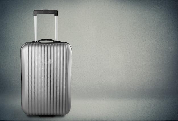 Großer reisekoffer im hintergrund
