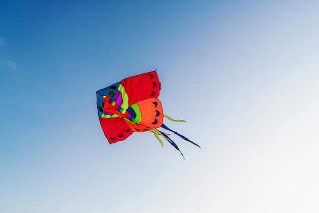Großer roter drachen im klaren blauen himmel