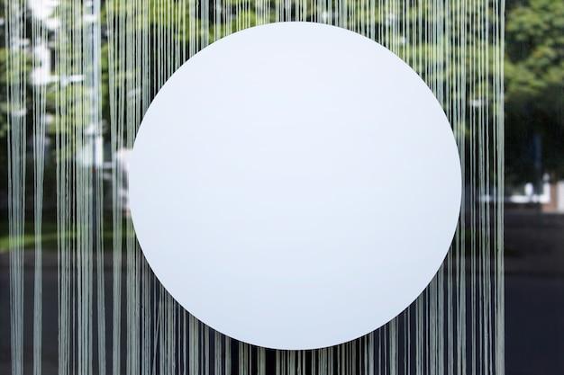 Großer runder kreis-shop-banner-mockup-vorlage, die am glas-schaufenster hängt