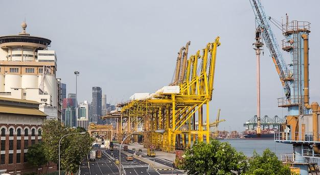 Großer schiffsladecontainer im schifffahrtshafen in singapur
