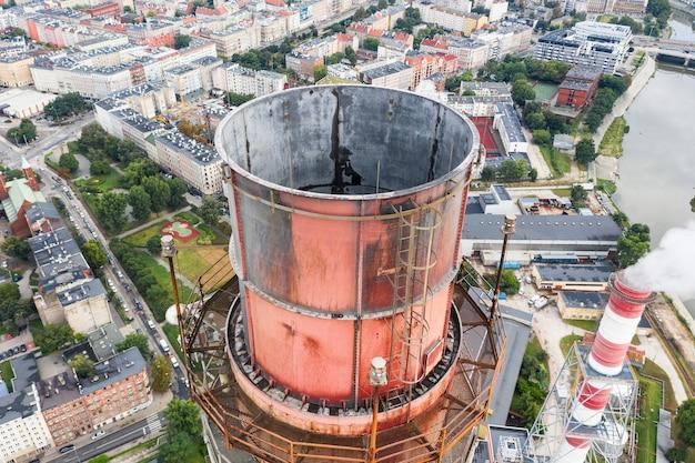 Großer schornstein in einem kraftwerk, nahaufnahme draufsicht, umweltverschmutzung