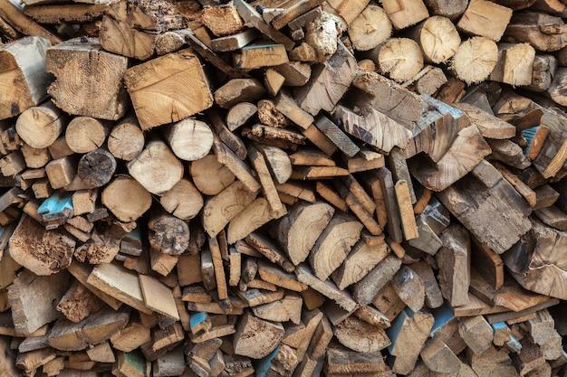Großer stapel brennholz von vorne.