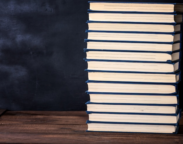 Großer stapel bücher in einer blauen abdeckung