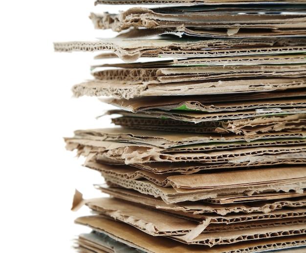 Großer stapel papiere, lokalisiert auf weiß