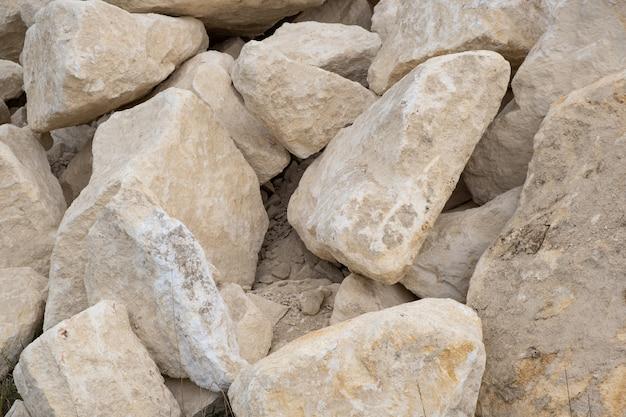 Großer stapel von den großen sandsteinen, die aufgrund von baustelle legen.