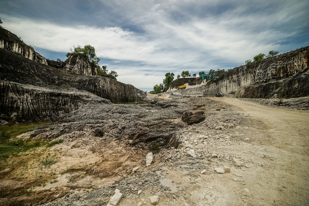 Großer steinbruch in indonesien madura insel goa kapur mit weißem felsen