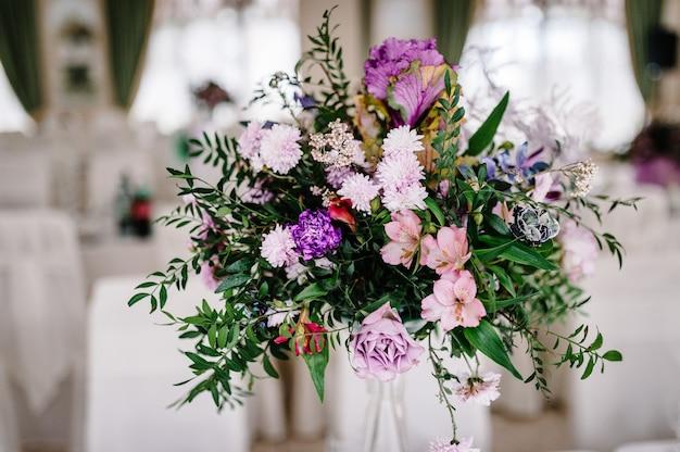 Großer strauß von frischen rosa, blauen, weißen blumen und grün in der vase. dekorationsobjekte.