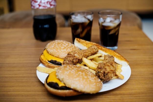 Großer teller mit junk-food