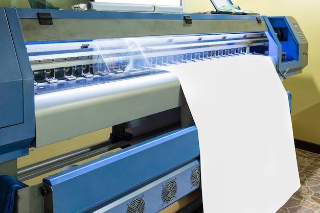Großer tintenstrahldrucker mit kopf, der auf weißem leerem vinyl arbeitet