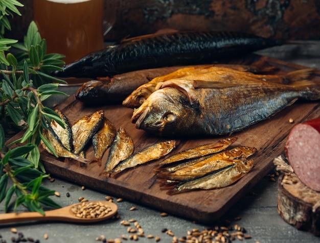 Großer und kleiner getrockneter räucherfisch