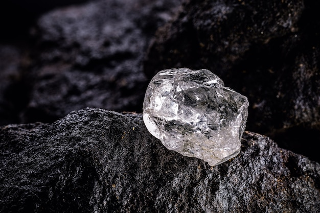 Großer ungeschliffener diamantstein in einem natürlichen zustand in einer mine. konzept von schönheit, luxus und seltenem juwel