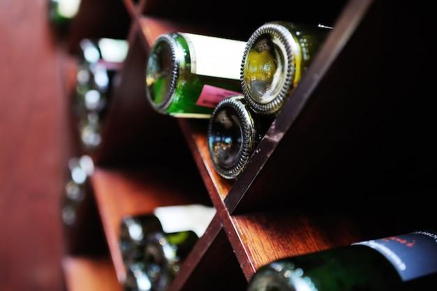 Großer weinkeller - weinflaschen auf hölzernen regalen