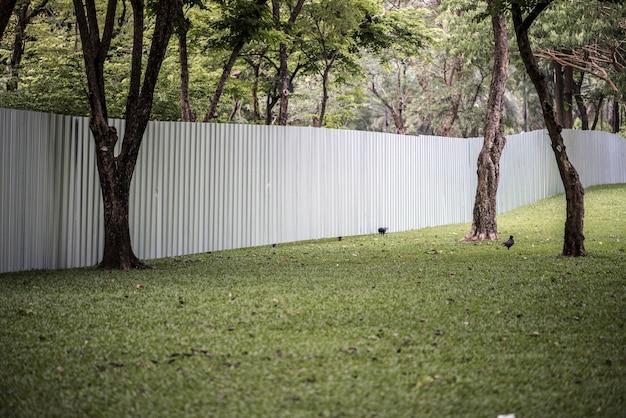 Großer zaun in einem städtischen park