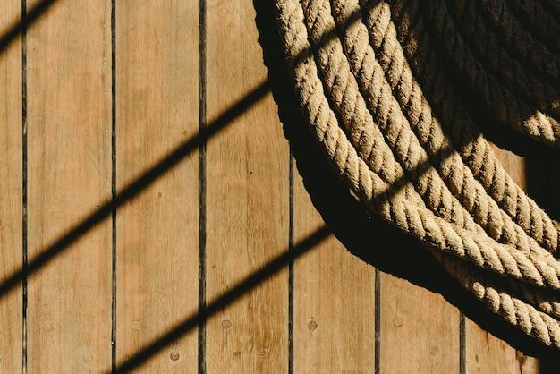 Großes aufgerolltes bootsdock mit dunklem hintergrund.