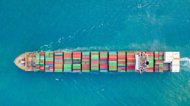 Großes containerschiff auf see - luftbild