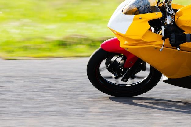 Großes fahrrad bei hohen geschwindigkeiten.