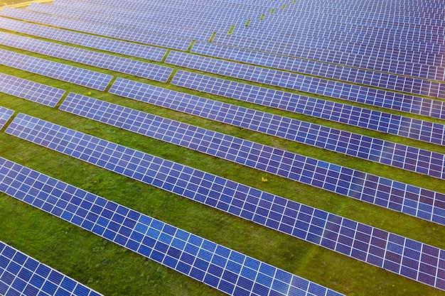 Großes feld von photovoltaik-solarmodulen zur erzeugung erneuerbarer sauberer energie