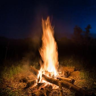 Großes feuer im orangefarbenen lagerfeuer in der nacht