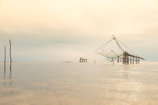 Großes fischnetzheben der dorfbewohner in den provinzen phatthalung, thailand.