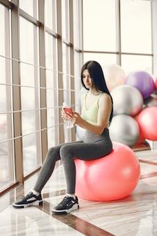 Großes fitnessstudio. sportlicher lebensstil. trainierter körper Kostenlose Fotos
